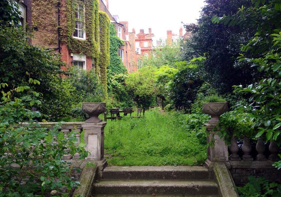 I passed by this magical garden in the heart of London earlier today. Who would think it?